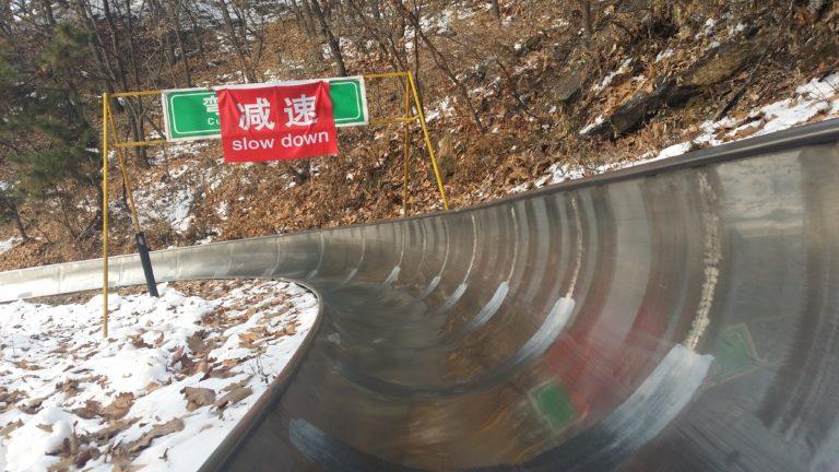 Bajar la Muralla China por un tobogán